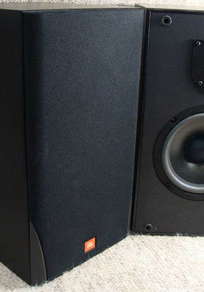 JBL-MR26-Bkshlf-spkrs-front-with-grill.jpg